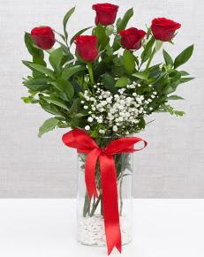 cam vazo içerisinde 5 adet kırmızı gül  Niğde çiçekçiler