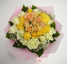 sari ve beyaz gül karisimda   Niğde çiçek gönderme sitemiz güvenlidir