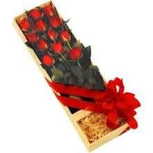 kutuda 12 adet kirmizi gül   Niğde yurtiçi ve yurtdışı çiçek siparişi