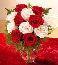 Niğde internetten çiçek siparişi  5 adet kirmizi 5 adet beyaz gül cam vazoda