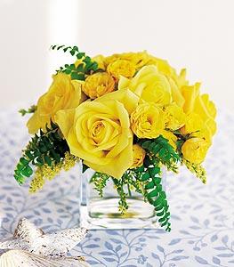 Niğde çiçekçiler  cam içerisinde 12 adet sari gül