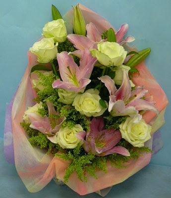 11 adet gül ve 2 adet kazablanka buketi  Niğde çiçek , çiçekçi , çiçekçilik