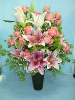 Niğde çiçek , çiçekçi , çiçekçilik  cam vazo içerisinde 21 gül 1 kazablanka