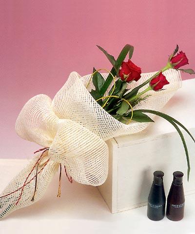 3 adet kalite gül sade ve sik halde bir tanzim  Niğde hediye çiçek yolla