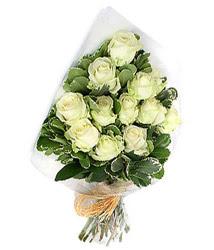 Niğde çiçek servisi , çiçekçi adresleri  12 li beyaz gül buketi.