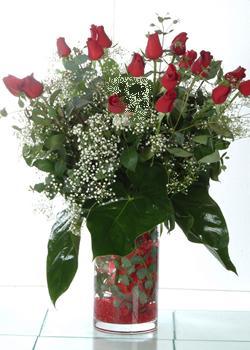 Niğde hediye sevgilime hediye çiçek  11 adet kirmizi gül ve cam yada mika vazo tanzim