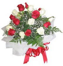 Niğde çiçek gönderme sitemiz güvenlidir  12 adet kirmizi ve beyaz güller buket