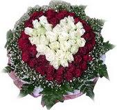Niğde 14 şubat sevgililer günü çiçek  27 adet kirmizi ve beyaz gül sepet içinde