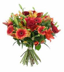 Niğde online çiçekçi , çiçek siparişi  3 adet kirmizi gül ve karisik kir çiçekleri demeti
