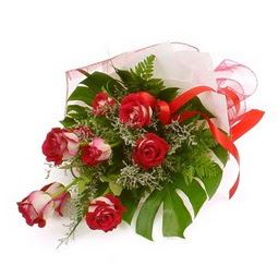 Çiçek gönder 9 adet kirmizi gül buketi  Niğde çiçekçi mağazası