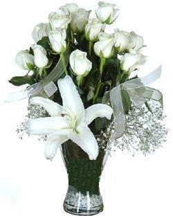 cam içerisinde 11 beyaz gül ve 1 kazablanka  Niğde çiçek satışı