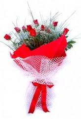 Niğde kaliteli taze ve ucuz çiçekler  9 adet kirmizi gül buketi demeti