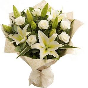 Niğde online çiçek gönderme sipariş  3 dal kazablanka ve 7 adet beyaz gül buketi