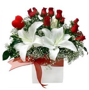 Niğde çiçekçi telefonları  1 dal kazablanka 11 adet kırmızı gül vazosu