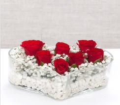 kalp içerisinde 7 adet kırmızı gül  Niğde çiçekçi mağazası