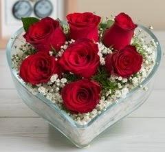 Kalp içerisinde 7 adet kırmızı gül  Niğde güvenli kaliteli hızlı çiçek