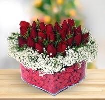 15 kırmızı gülden kalp mika çiçeği  Niğde İnternetten çiçek siparişi