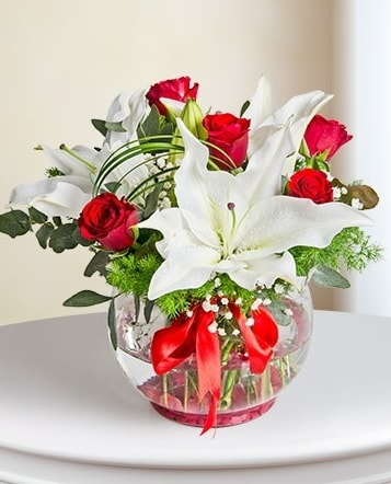 Fanus Vazoda 2 Lilyum ve 5 Gül Dansı  Niğde online çiçekçi , çiçek siparişi