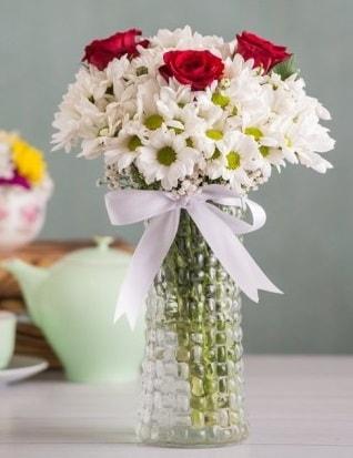 Papatya Ve Güllerin Uyumu camda  Niğde güvenli kaliteli hızlı çiçek