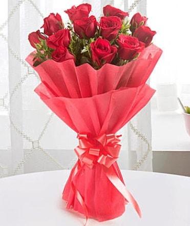 12 adet kırmızı gülden modern buket  Niğde yurtiçi ve yurtdışı çiçek siparişi