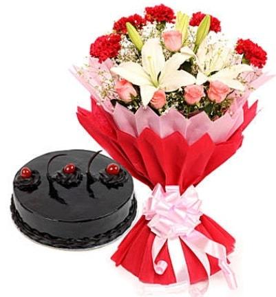 Karışık mevsim buketi ve 4 kişilik yaş pasta  Niğde çiçekçi telefonları